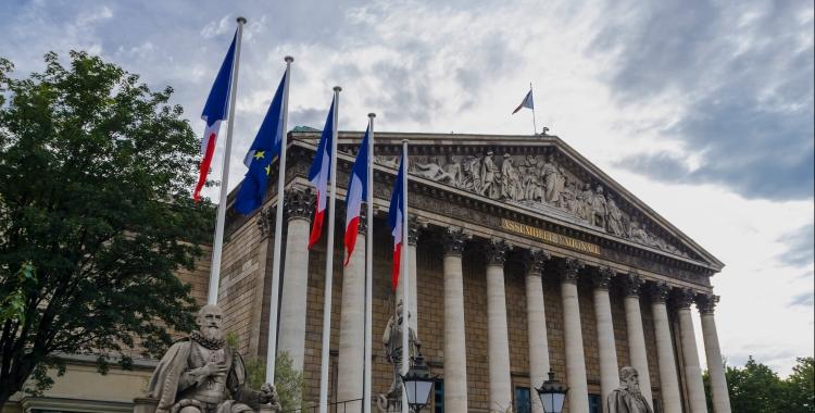 façade de l'assemblée nationale, des drapeaux français et le drapeau européenn